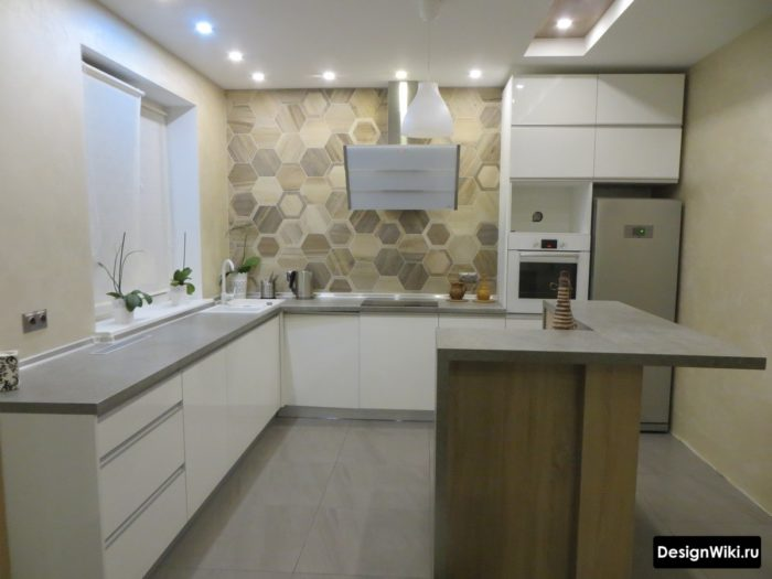 Белая глянцевая кухня без верхних шкафов с пеналом
