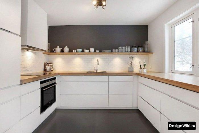 Белая кухня с деревянными открытыми полками с подсветкой вместо верхних шкафов