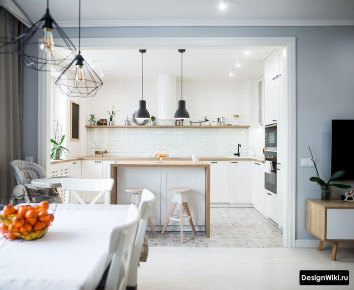 Белая с деревом кухня без верхних шкафов