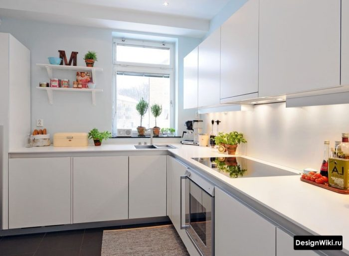 Белая угловая кухня в стиле минимализм с отктытыми полками с одной стороны