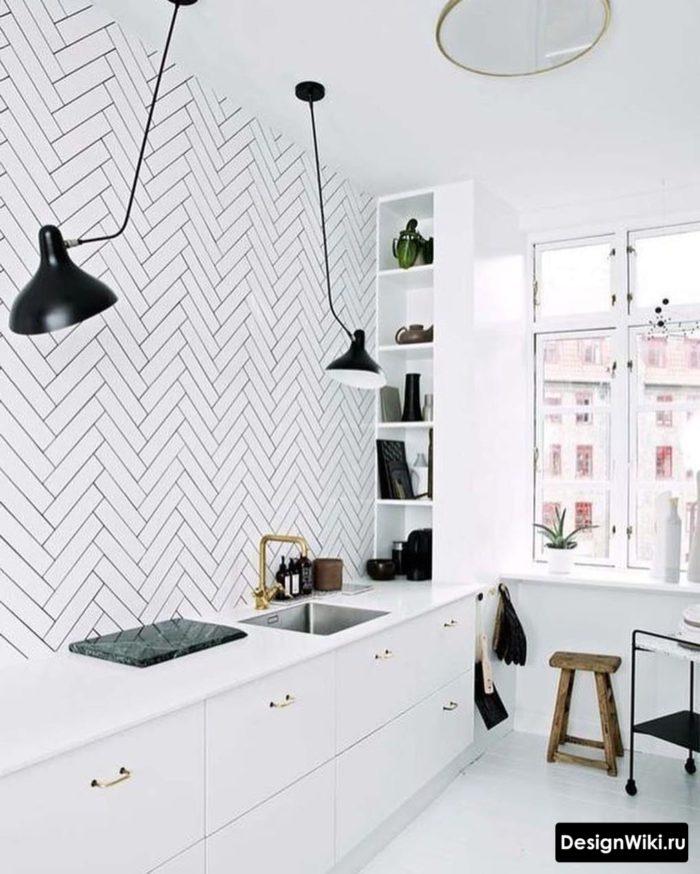 Белые кирпичики елочкой на стене кухни без навесных шкафов
