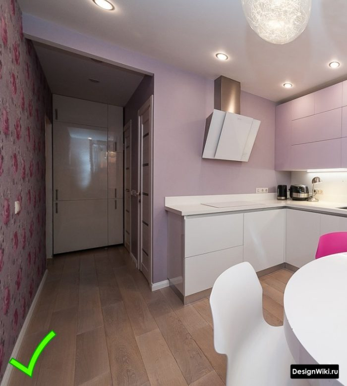 Бледно-розовые комбинированные акцентные и обычные обои на кухне