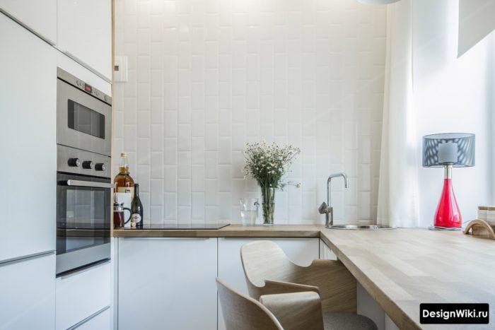 Вертикальная укладка белого кабанчика на фатуке кухне без навесных шкафчиков