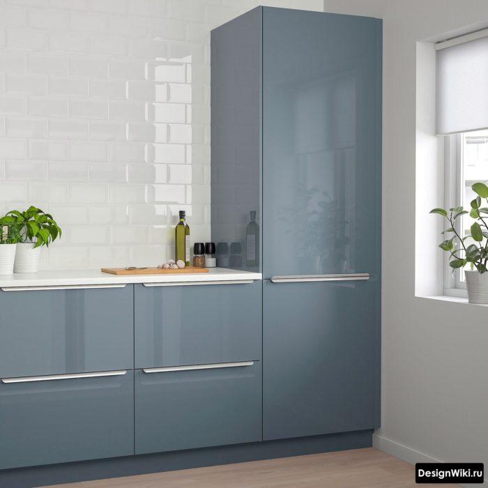 Встроенный холодильник возле стены