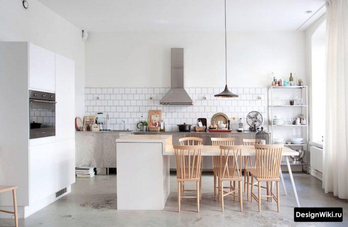 Высокий фартук кухни без верхних шкафов