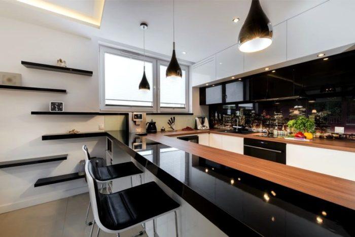 Глянцевая черно-белая кухня с барной стойкой