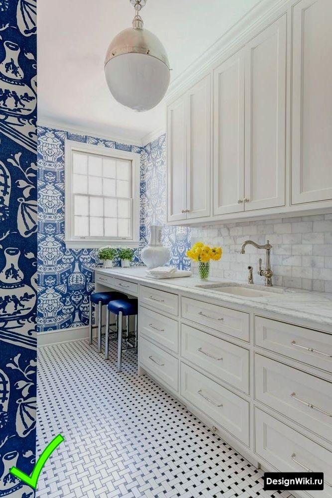 Голубые обои с орнаментом на белой кухне