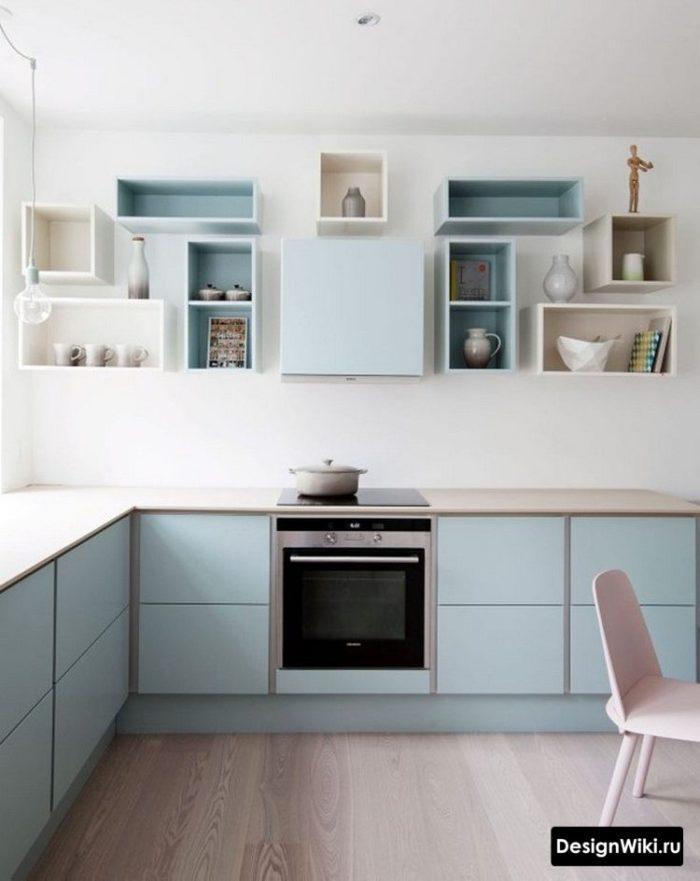 Грязно-голубая кухня с открытыми шкафами