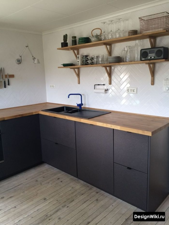 Деревянные открытые полки на кухне