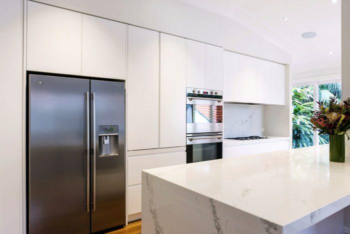 Дизайн белой кухни в стиле минимализм с мраморным островом