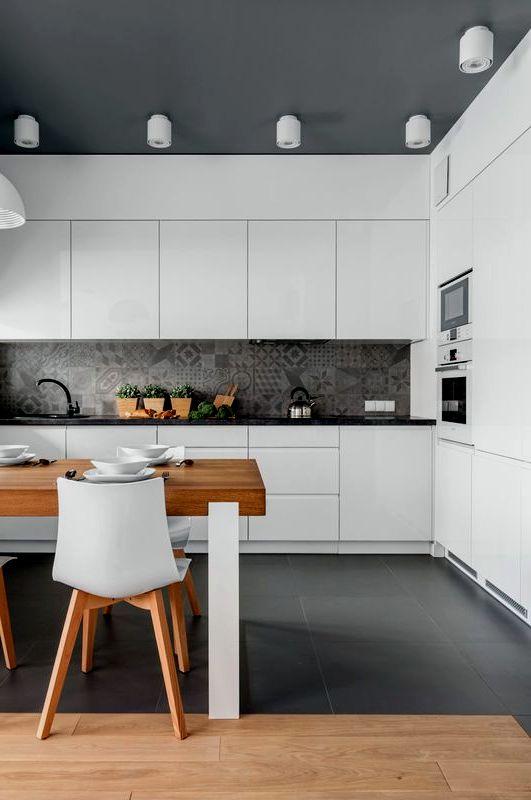 Дизайн белой кухни с узорами на фартуке