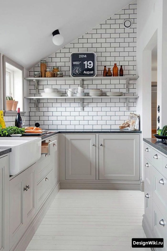 Дизайн кухни без навесных шкафов на мансарде