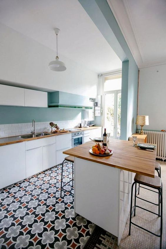 Дизайн кухни в белом и бирюзовом цвете с узорами на полу