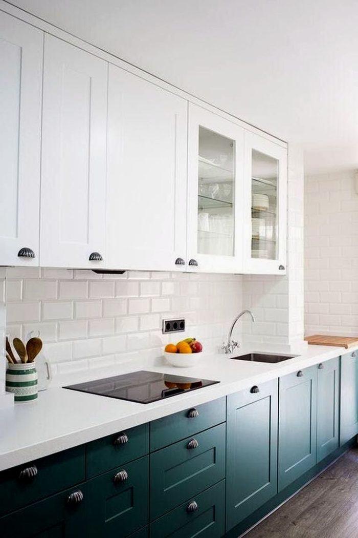 Дизайн кухни в бело-синем исполнении