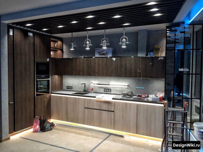 Дизайн кухни в смеси стилей лофт и хай-тек
