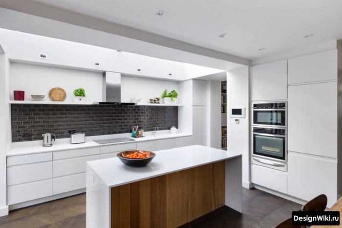 Дизайн кухни в стиле минимализм с открытыми полками вместо верхних шкафов