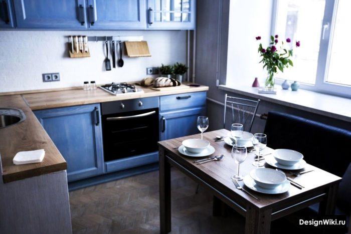 Дизайн кухни из массива дерева окрашенного в тёмно-синий
