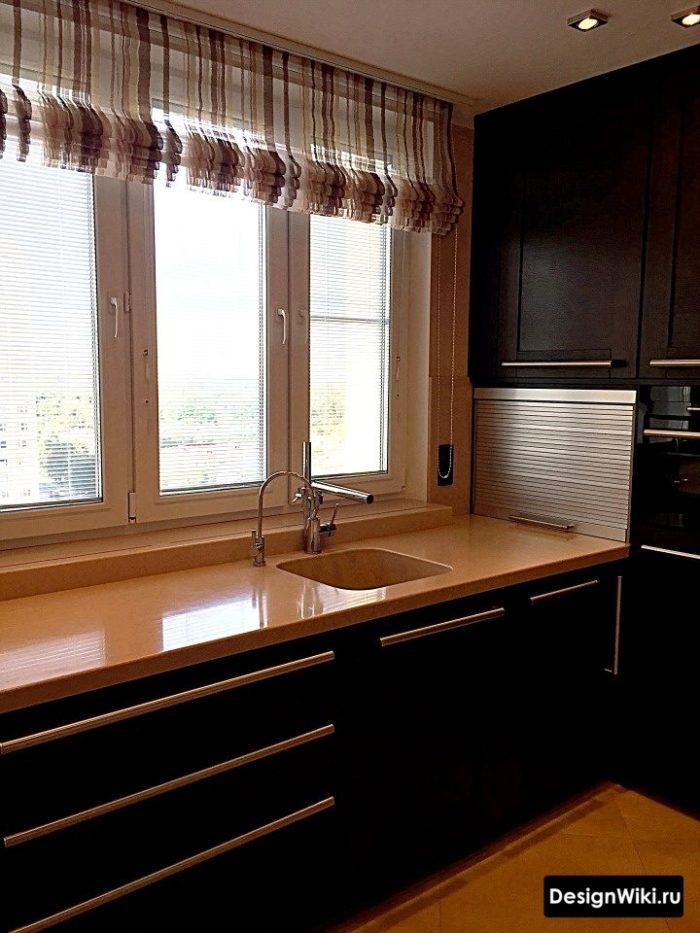 Дизайн кухни со столешницей под окном