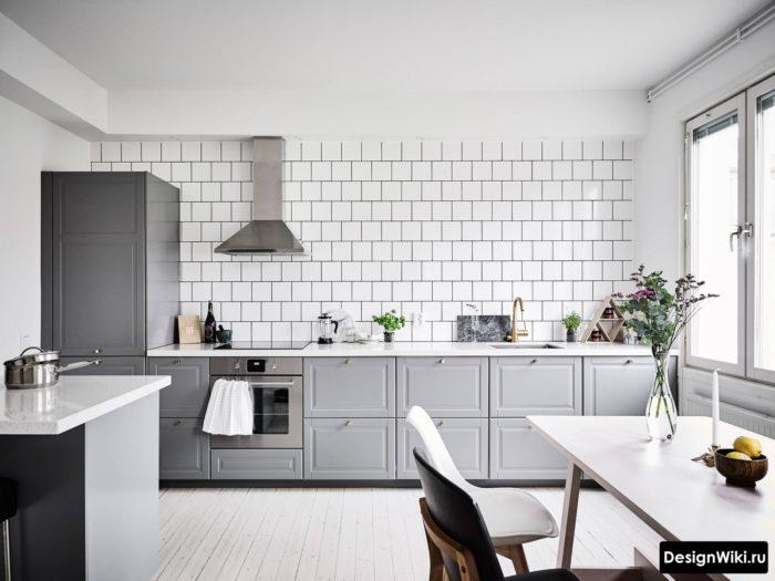 Дизайн кухни с пеналом без верхних навесных шкафов и полок