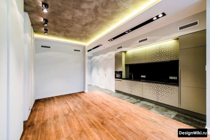 Дизайн кухни с потолком отделанным декоративной штукатуркой