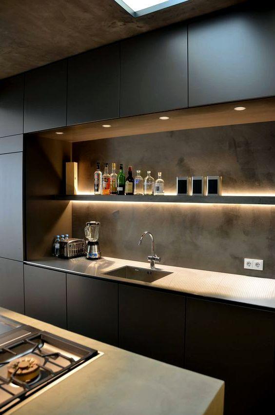 Дизайн кухни с черными фасадами и фартуком под бетон