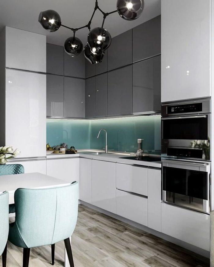 Дизайн маленькой белой кухни с фартуком из стекла