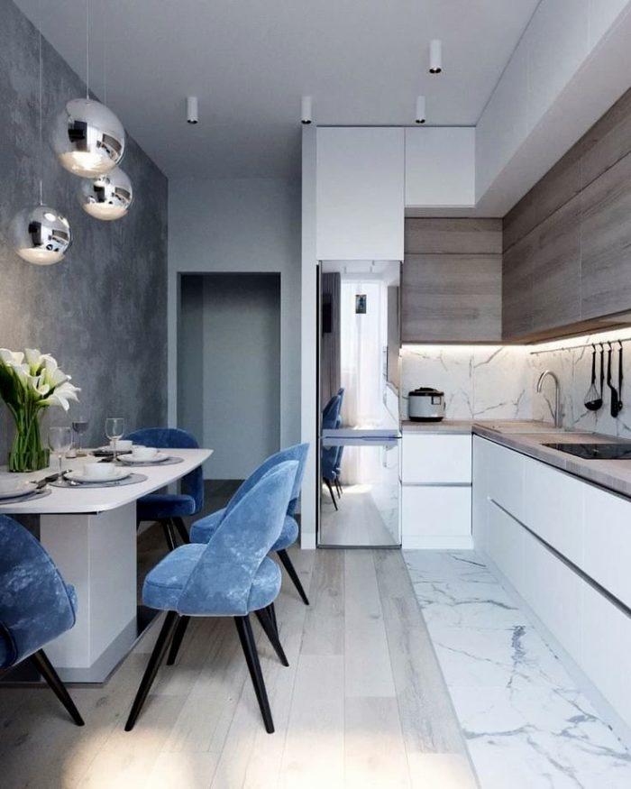 Дизайн современной кухни с хромированным холодильником и светильниками