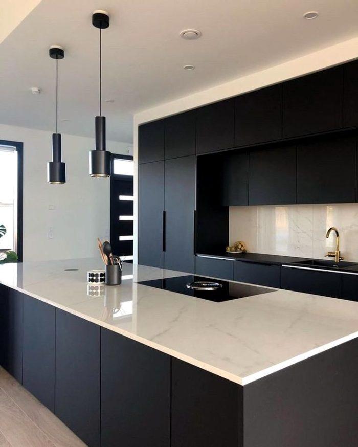 Дизайн черной кухни со столешницей под мрамор