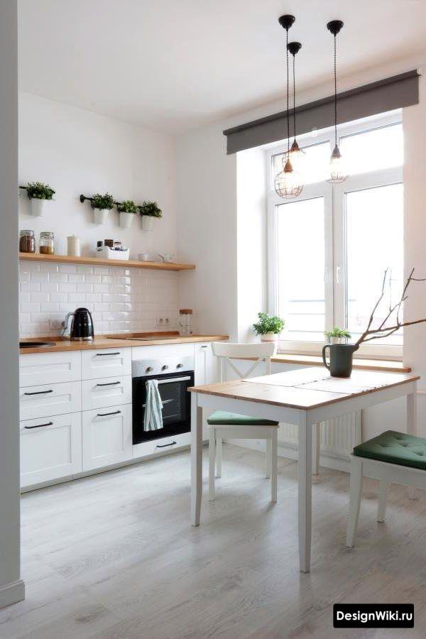 Длинная деревянная полка вместо верхних шкафчиков в белой кухне