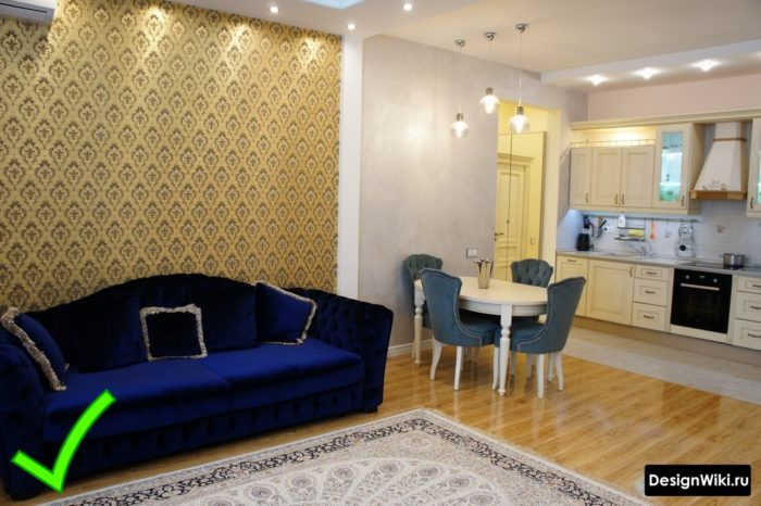 Желтые обои с орнаментом на акцентной стене в кухне-гостиной