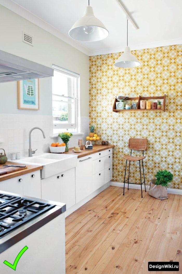 Желтые обои с узором для белой кухни в скандинавском стиле