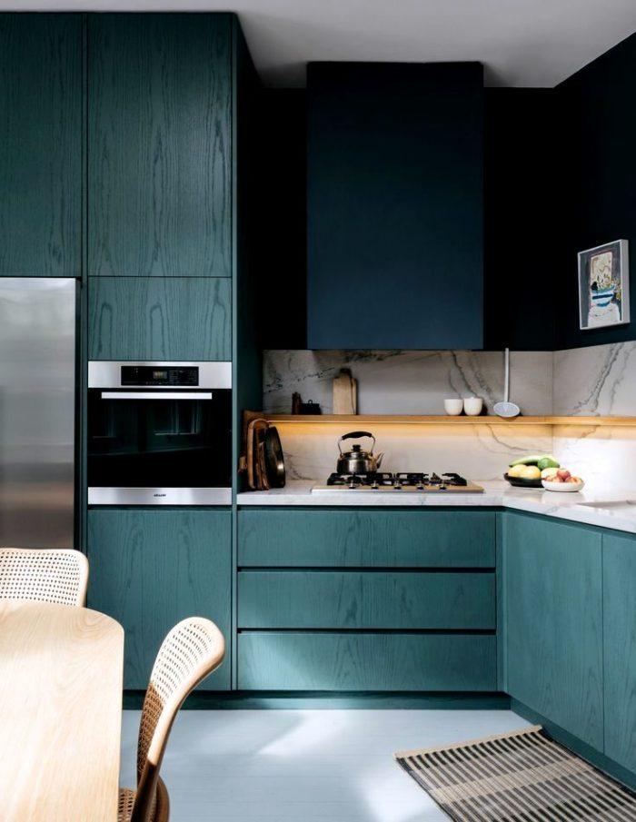 Интересная идея дизайна кухни - крашенное синее дерево