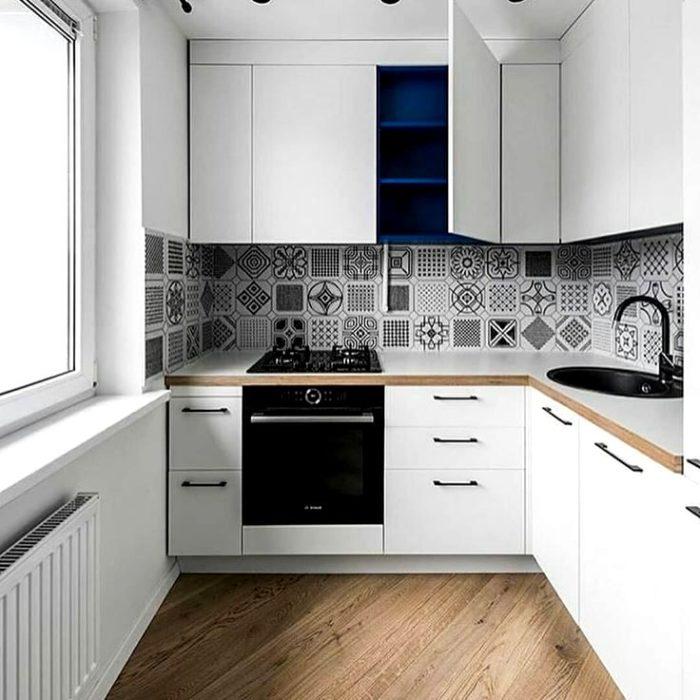 Интерьер кухни в скандинавском стиле с черно-белой плиткой с узором