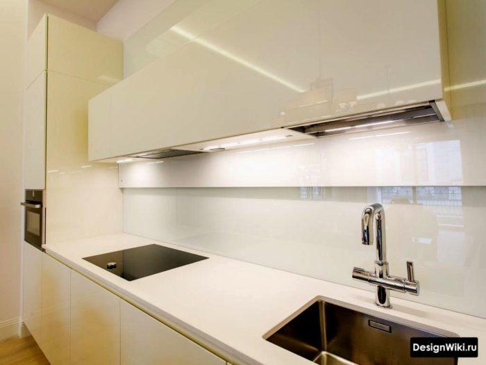 Интерьер полностью белой кухни
