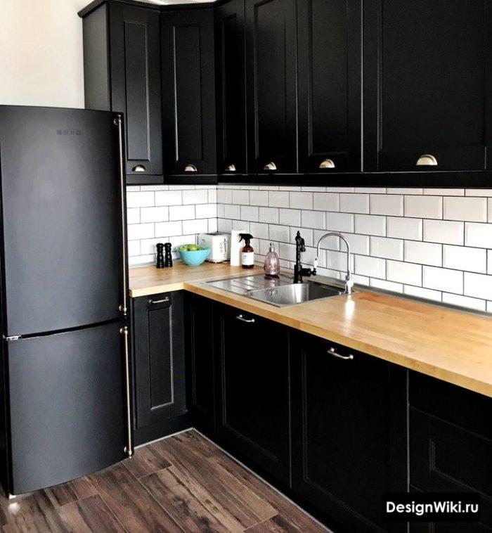 Интерьер черной кухни в скандинавском стиле