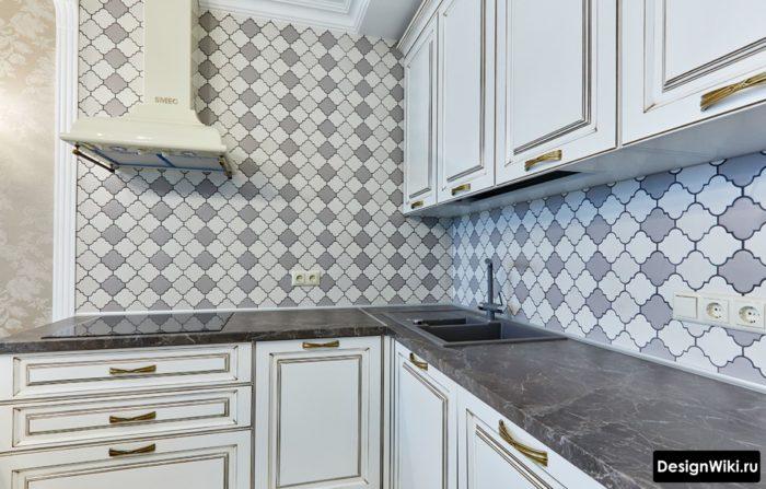 Классический дизайн угловой кухни без шкафов на одной стене