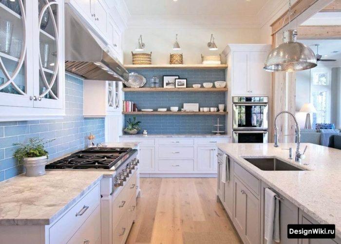 Комбинация полок и шкафов на кухне