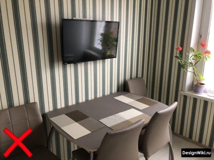 Контрастные обои с полосками в небольшой кухне в типовой квартире