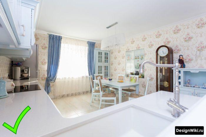 Красивая кухня в стиле прованс с флизелиновыми обоями