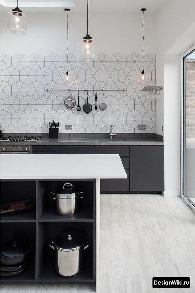 Кухня без верхних шкафов с шестиугольной плиткой на фартуке