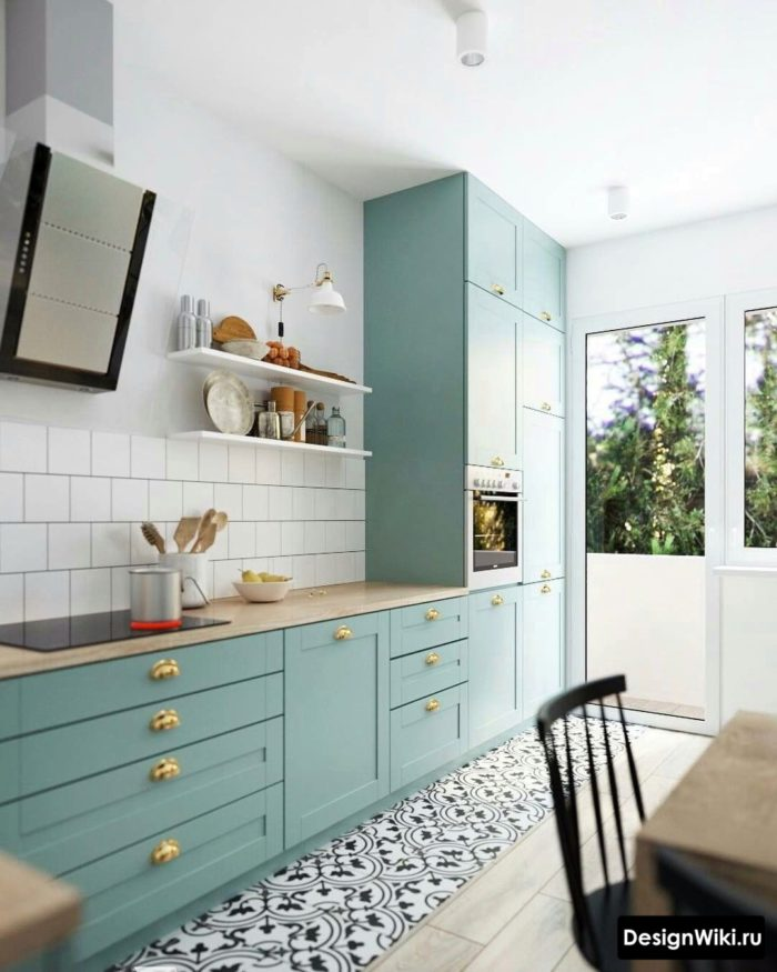 Кухня без навесных шкафов с пеналом для техники до потолка