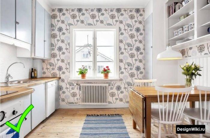 Кухня в скандинавском стиле с акцентной стеной с обоями узором из одуванчиков