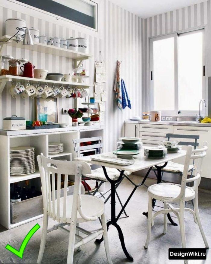 Кухня в скандинавском стиле с обоями в серо-белую полоску