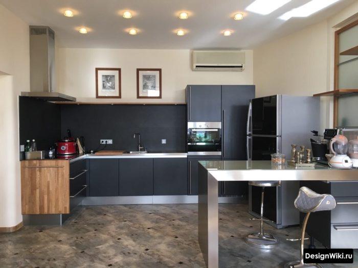 Кухня в стиле хай-тек без навесных шкафчиков