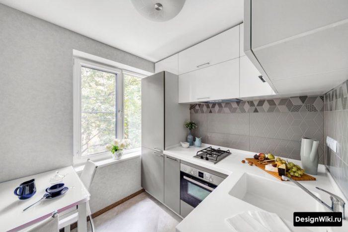 Кухня в хрущевке с верхними шкафами до потолка