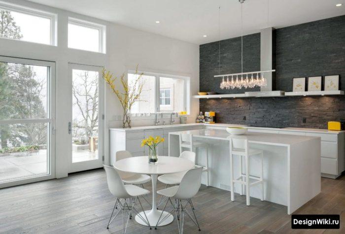 Кухня в частном доме с островом без верхних шкафов