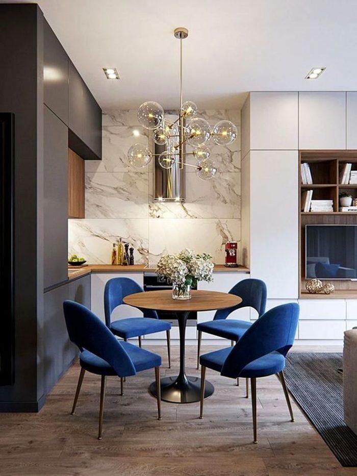 Кухня-гостиная в стиле арт-деко с синими стульями