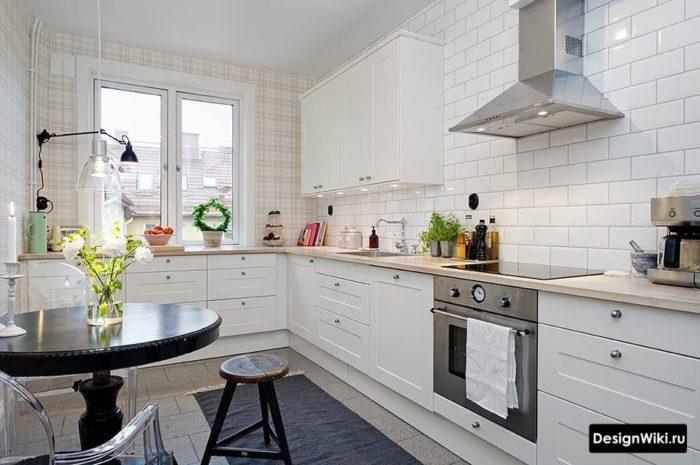 Кухня наполовину без навесных шкафов