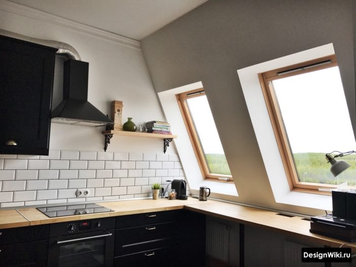 Кухня на мансарде частично с полками вместо шкафов