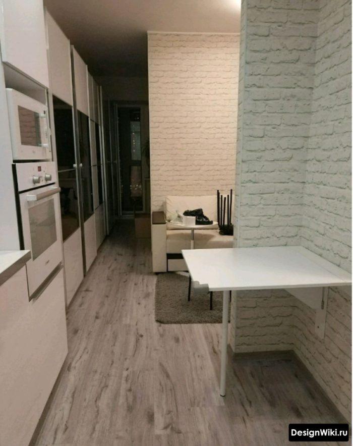 Кухня с белыми обоями под кирпич